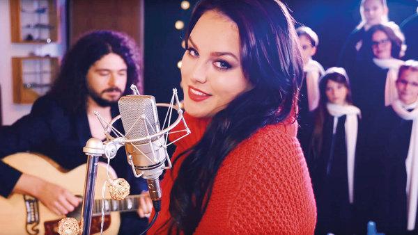 Písnička Ewy Farné Vánoce na míru už má na YouTube desítky tisíc zhlédnutí.