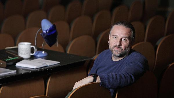 Režisér hry Ondřej Zajíc v současnosti působí jako ředitel Městských divadel pražských.