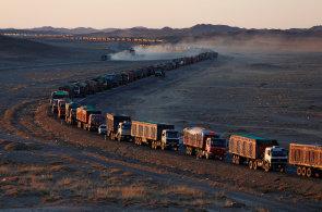 V mongolské poušti stojí více než stokilometrová kolona. Kamiony převážející uhlí do Číny čekají na hranicích i týden