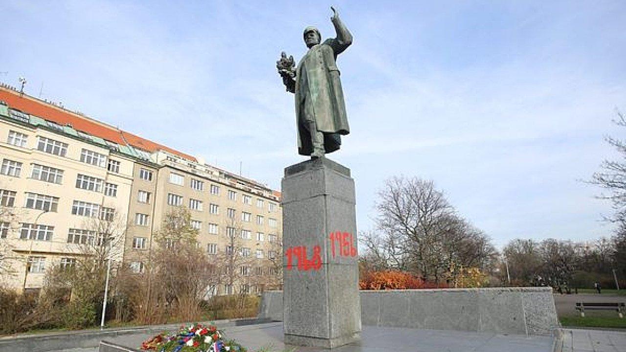 Pomalovaná socha maršála Koněva v Praze 6.