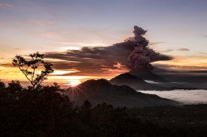 Sopka Agung na Bali se probudila po 50 letech. Úřady vyhlásily nejvyšší možný stupeň varování, hrozí erupce
