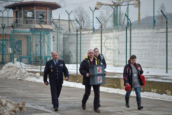 Volební komise přichází do věznice v jabloneckých Rýnovicích, kde 26. ledna 2018 též začalo druhé kolo prezidentských voleb.