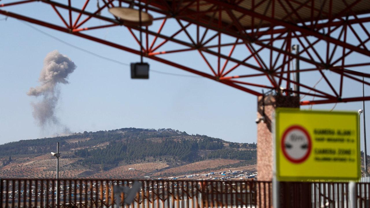 Z kopce na dohled od turecko-syrských hranic stoupá dým.