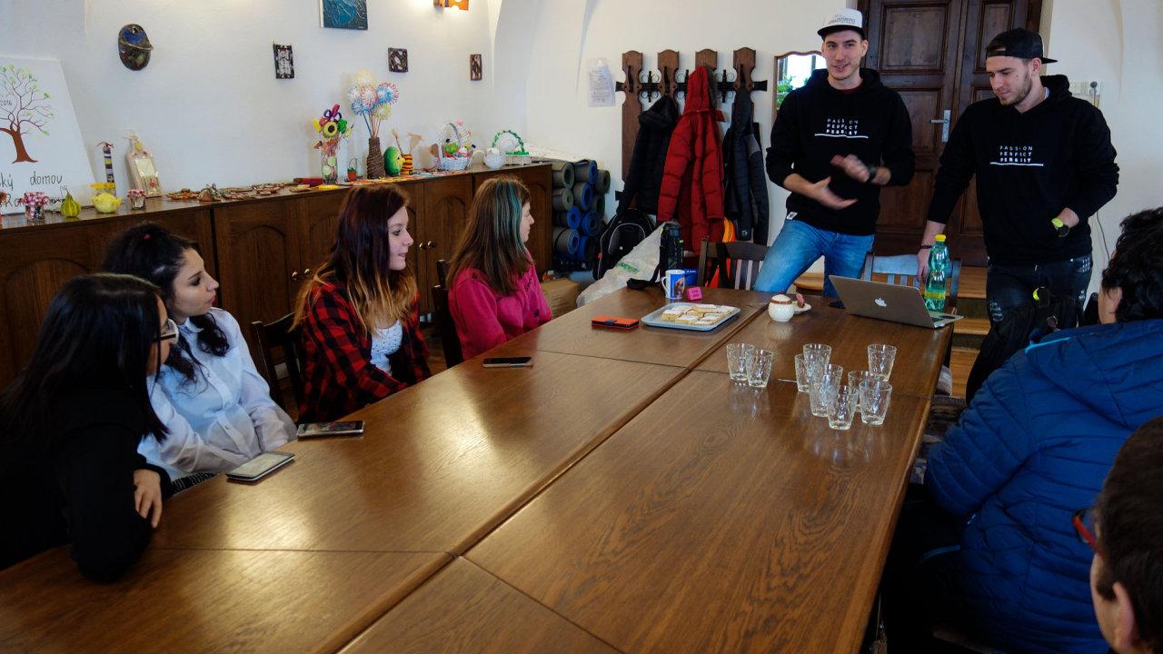 Honza s Jonášem navštívili dětský domov v Radeníně, aby dětem řekli něco o sociálních sítích a vůbec zjistili, jak na tom děti jsou s přípravou na opravdový život.