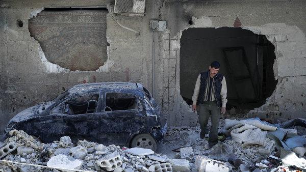 Asad se už vroce 2013 zavázal vzdát všech chemických zbraní. Jenže odté doby jimi zaútočil hned několikrát. Zda i minulý týden, vyšetřují nyní zahraniční inspektoři.