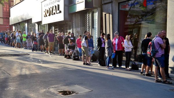 Před budovou fondu ve středu ráno vPraze napůjčku čekala zhruba stovka lidí.