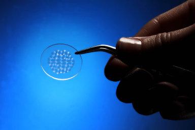 Češi vymysleli nanočočky, které zlevňují výrobu světel. Hloubku světlometů u aut můžeme snížit na tři centimetry, tvrdí IQ Structures