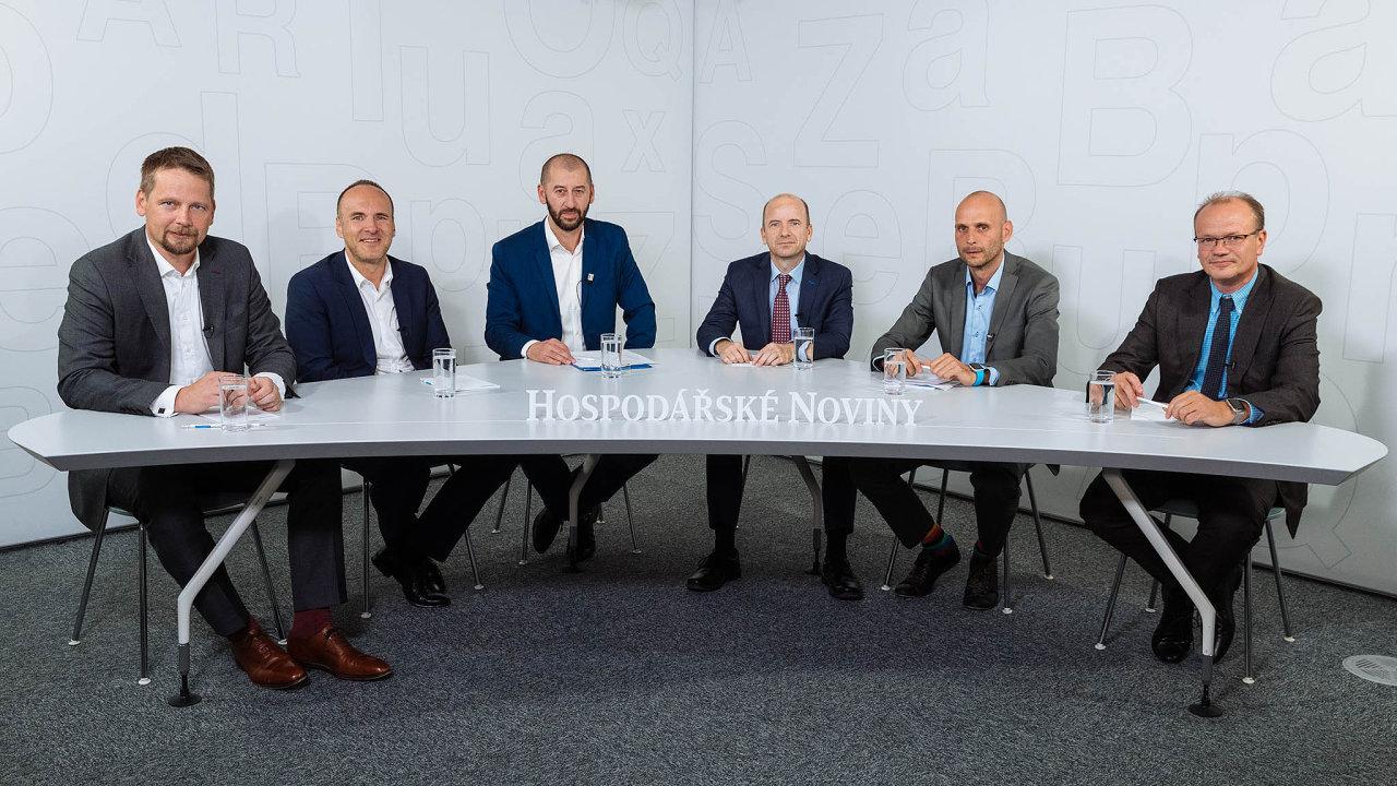 Debaty se zúčastnili (zleva) David Lorenc, Marek Ditz, Martin Jašminský (moderátor, šéfredaktor HN), Vladimír Klein, Tomáš Siegler aPetr Havlík.