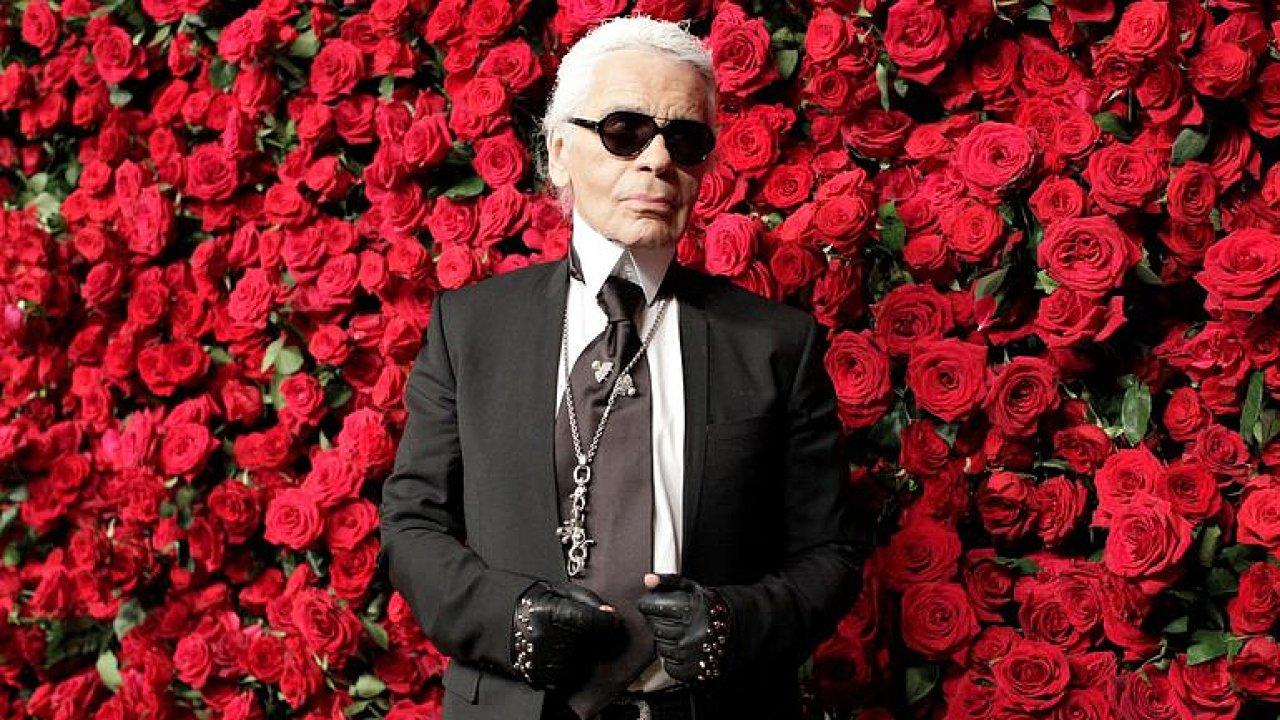 Zemřel Karl Lagerfeld: Odešla ikona, končí jedna éra módy, říká Běhounková z Vogue.