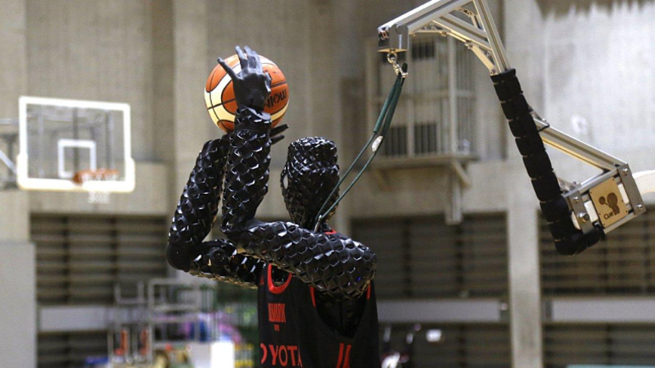 Nedribluje, nesmečuje, ale koš mine málokdy. Basketbalový robot Impuls 3.