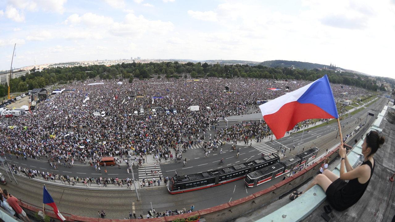 Demonstrace proti Andreji Babišovi na Letné.