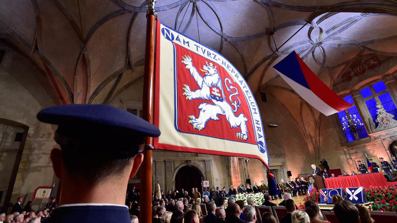 Druhá inaugurace Miloše Zemana se neobešla bez kontroverzí. Někteří politici Vladislavský sál při jeho projevu opustili.