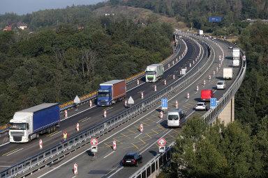 Několik let trvající rekonstrukci dálnice D1, ale ivýstavbu aopravy dalších tahů, hodlá ministr dopravy Vladimír Kremlík (zaANO) urychlit. Na snímku opravy D1 u Velkého Meziříčí.