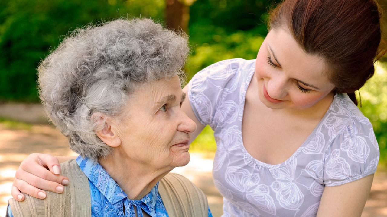 Jak zaplatit domácí péči. Finanční podmínky pro lidi pečující o nemocné doma jsou předmětem diskusí.