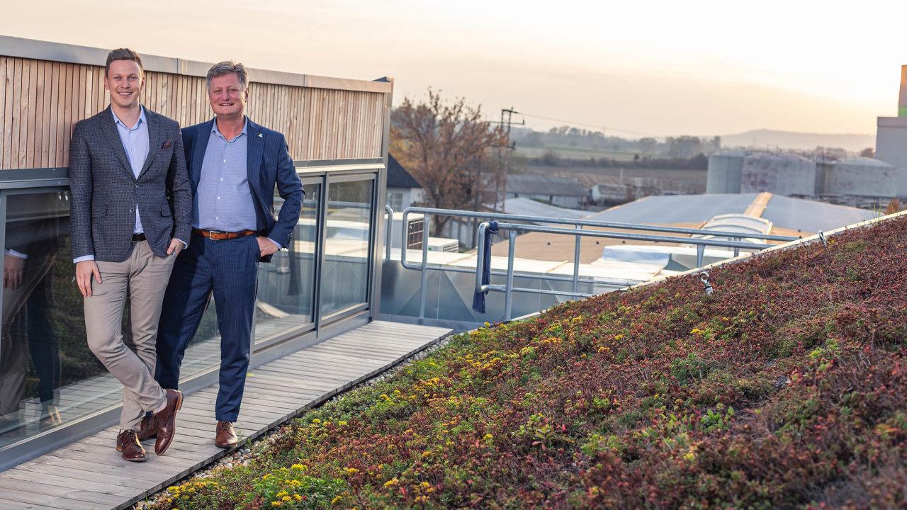 Kromě zelených budov se veSlavkově věnují také inovacím vesvém hlavním byznysu– skleněným kancelářským příčkám. Ty má nastarosti Jan Musil (vlevo vedle svéhootce).
