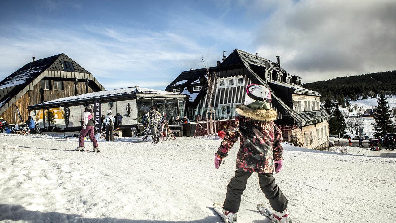 Chaty Hradečanka (vpravo) aJeřabinka se ski barem uprostřed. První provozují manželé Rácovi rok a čtvrt, druhou otevřeli teprve loni napodzim.