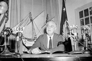 Po zaplacení daní by nikdo neměl mít vyšší příjem než 25 tisíc dolarů. To byl v roce 1942 názor Franklina Roosevelta.