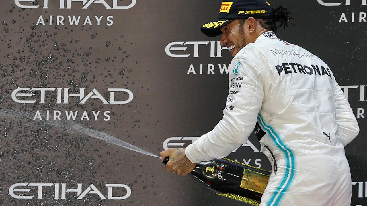 Lewis Hamilton se loni stal nejlépe vydělávajícím pilotem formule 1 všech dob. Na snímku slaví v neděli 1. prosince 2019 vítězství v Abú Dhabí.