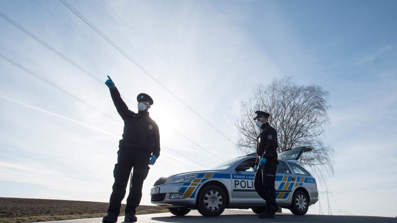 Obec Kynice v kraji Vysočina je odříznutá od světa od 16. března. Přístupové cesty hlídají policisté.
