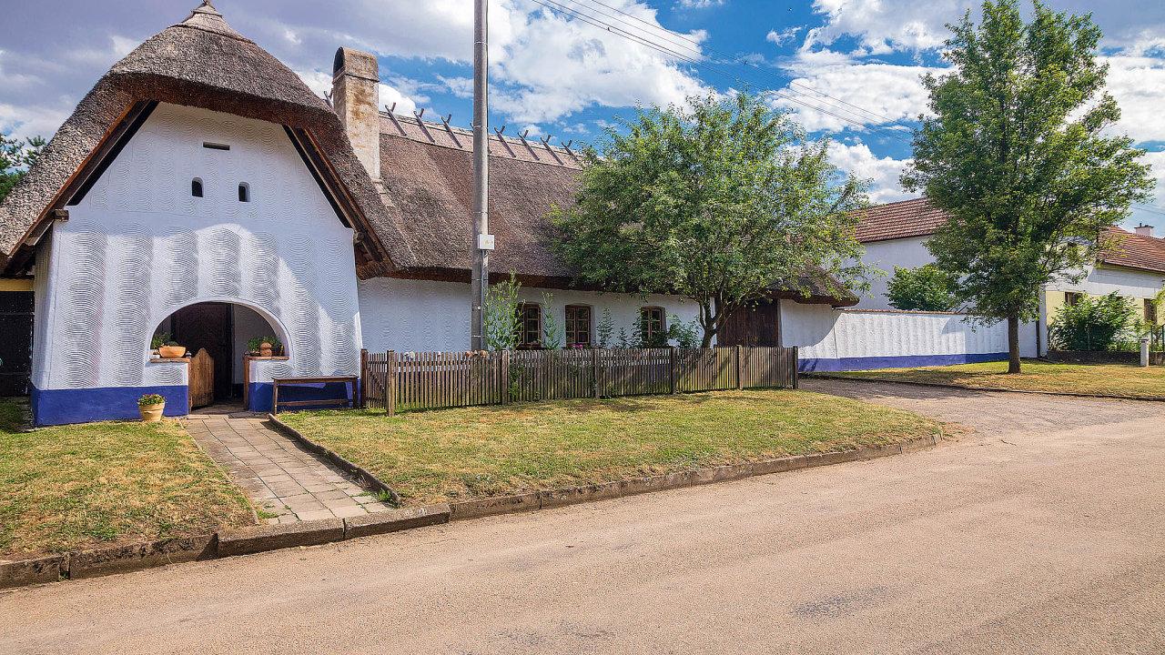 Marek Vlčekbydlí v žudrovém domě v obci Lysovice, který si sám opravil.