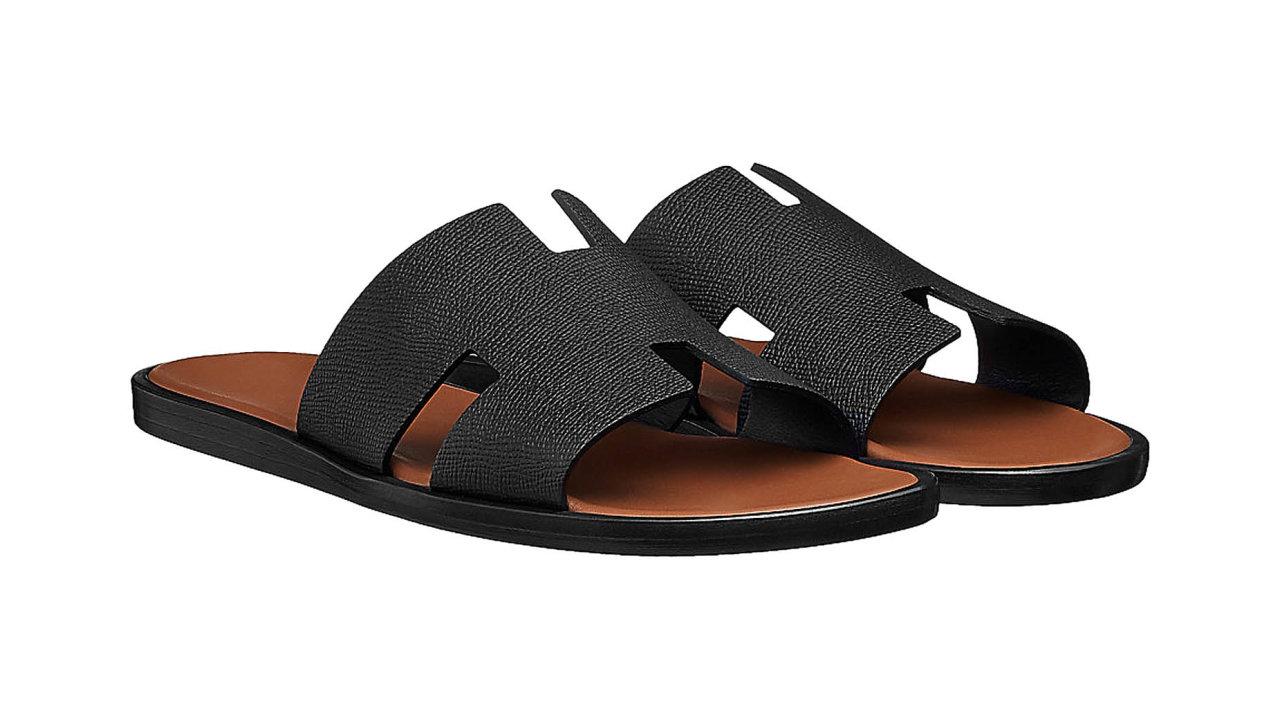 """Sofistikovaná klasika doletního botníku. Sandály svýrazným """"H"""" skontrastní telecí kůží by bylo hřích nevzít napromenádu. Cena 13800 Kč, prodává HERMÈS."""
