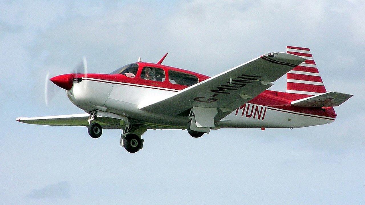 Ilustrační fotografie malého sportovního letounu, který bez povolení přistál na Ruzyni.