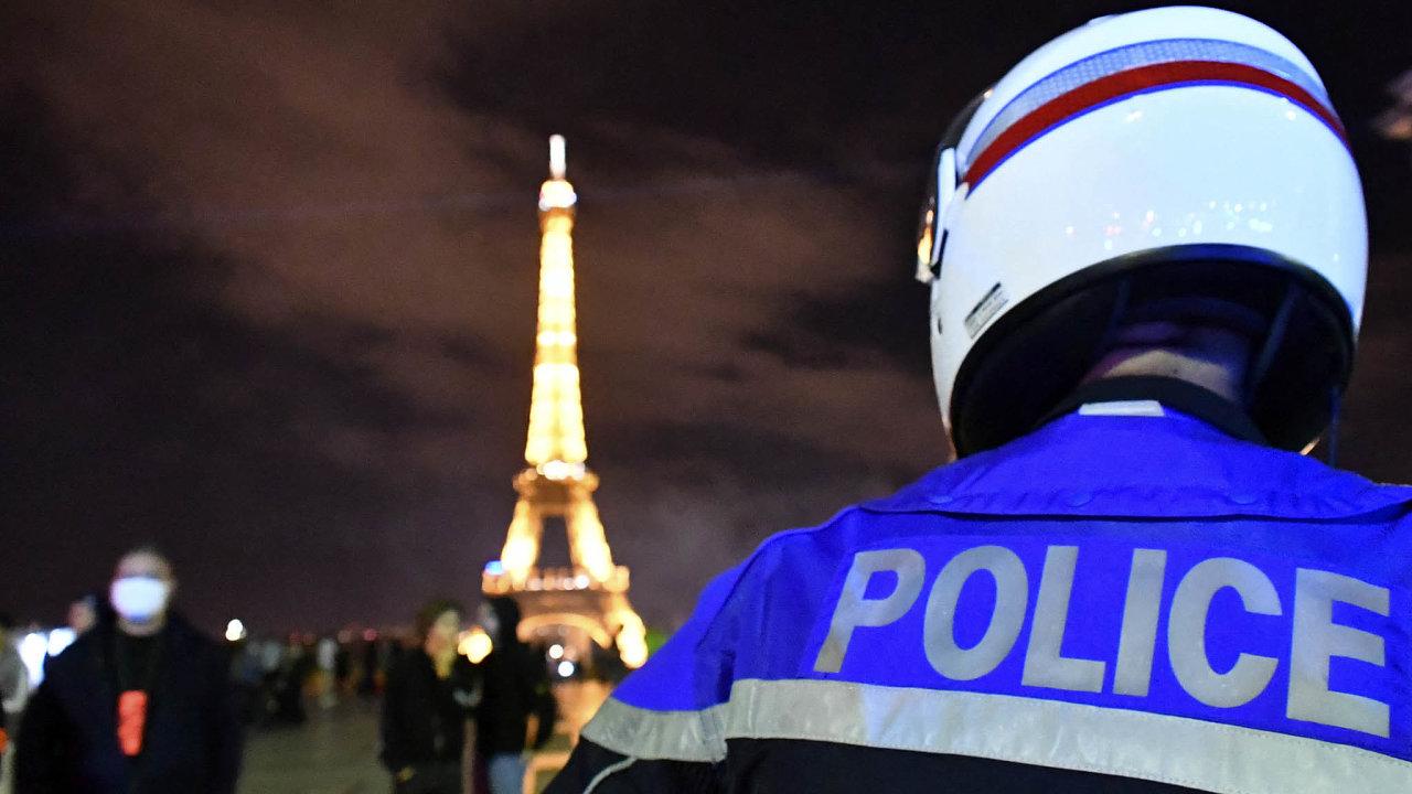 Bez pout: Nespokojení policisté se sešli vneděli večer napařížském náměstí Trocadéro, odkud je výhled inaEiffelovu věž. Naznamení protestu odhodili pouta nazem. Zpívali ifrancouzskou hymnu.
