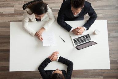 Přetáhnout manažera stojí obvykle třiažpět jeho platů. Nejlepší zbraň zaměstnavatelů proti přetahování lidí je jejich spokojenost azajímavá práce.