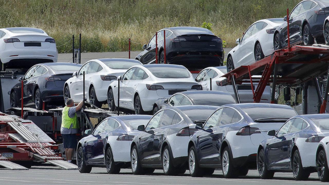 Tesla ve druhém čtvrtletí dodala zákazníkům 90 650 vozů, o 20 tisíc více, než očekávali analytici.