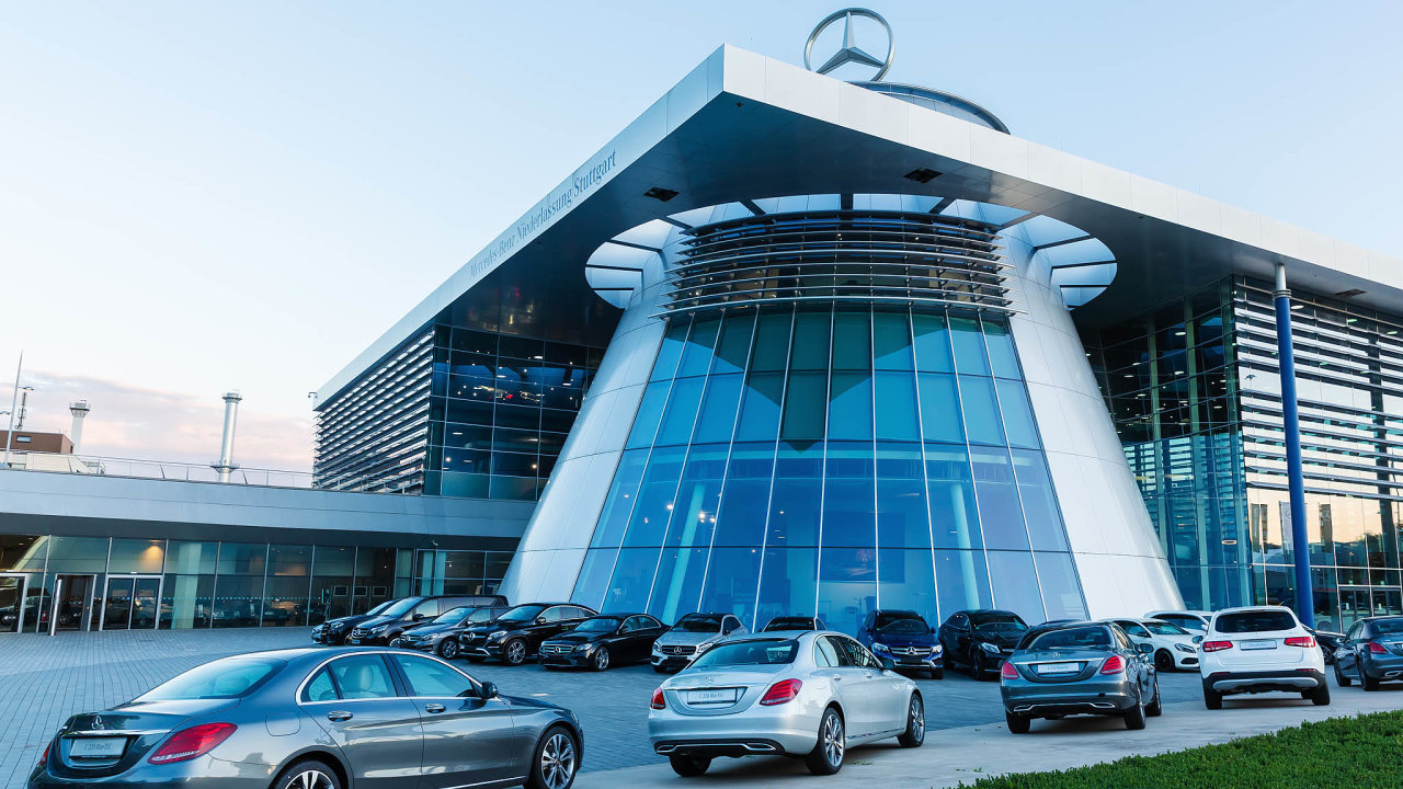 Daimler, jenž s výrobou osobních vozů Mercedes-Benz vyrábí také nákladní automobily a autobusy, pocelém světě zaměstnává kolem 300 tisíc lidí.