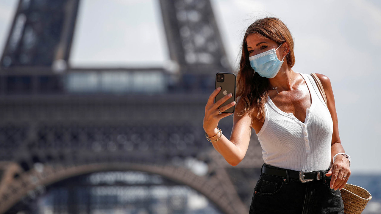 Mohla by ji sundat? Na některých místech Paříže platí povinnost nosit roušky, na jiných ne. Mnozí návštěvníci raději zakrývají ústa všude.