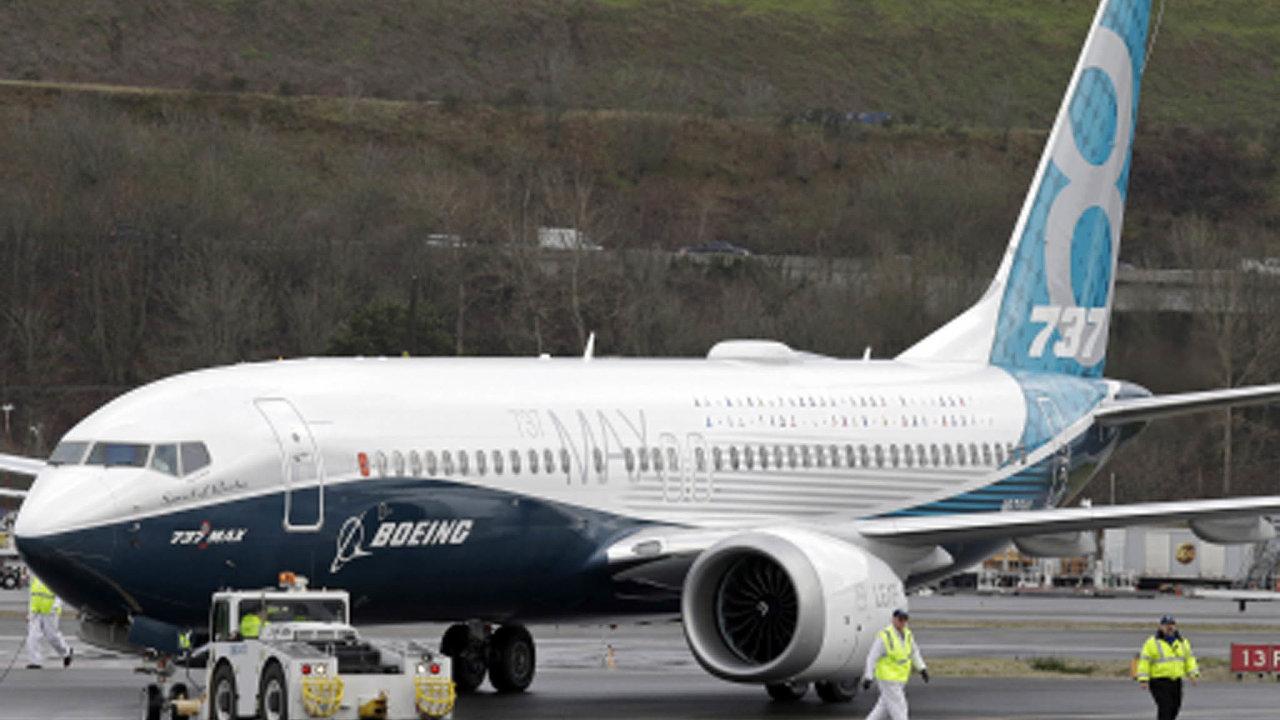 Stroje na zemi: Letadla Boeing 737 Max nesmějí od loňského jara do vzduchu. Stalo se to po dvou tragických haváriích vIndonésii (2018) aEtiopii (2019) s346 oběťmi na životech.