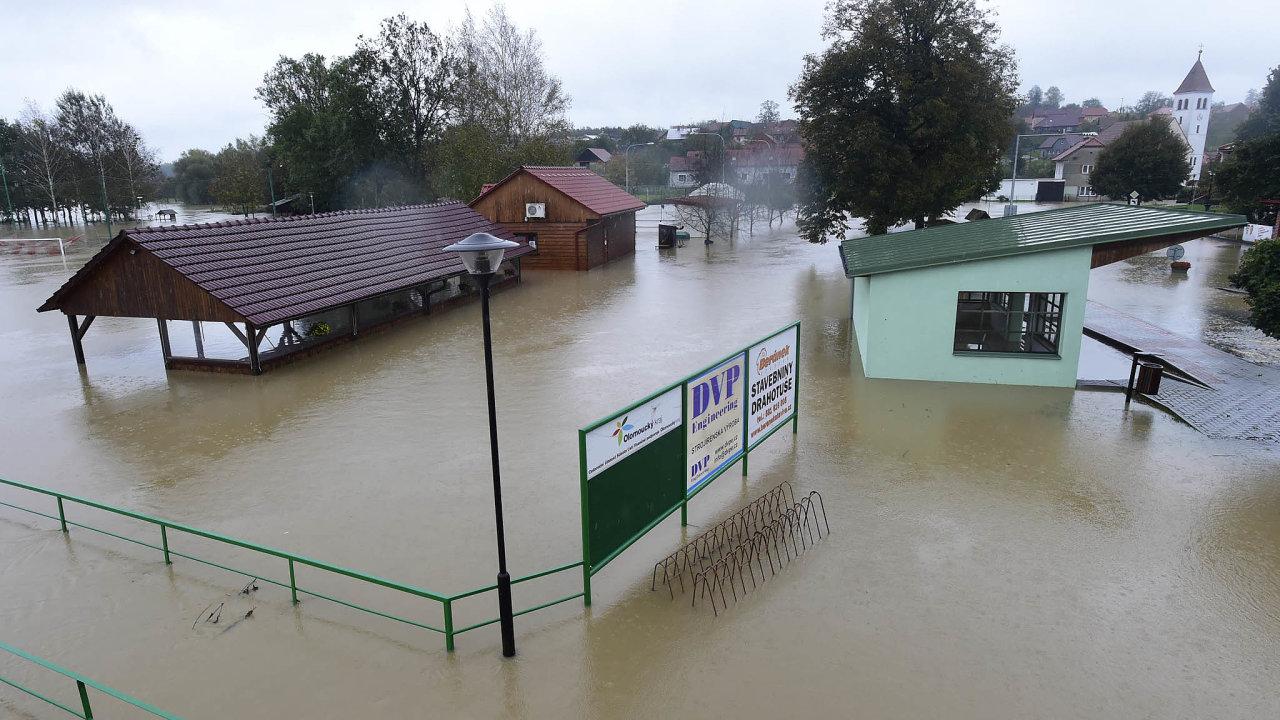 Velká voda napáchala škodu zapůl miliardy: Počet škodných událostí způsobených povodněmi se podle dat České asociace pojišťoven vprvním pololetí zvýšil meziročně o40 procent.