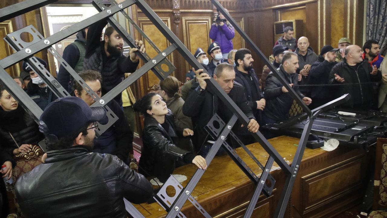 V arménském parlamentu se strhla kvůli mírovému plánu – ve skutečnosti kapitulaci – bitka.