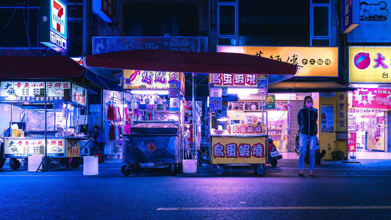 Ulice ve městě Kao-siung na Tchaj-wanu. Je to ale fotografie, nebo počítačová simulace?