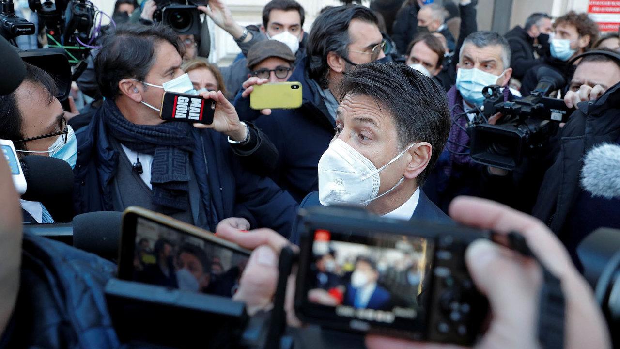 Giuseppe Conte hledá nezávislé senátory ačleny Senátu zdalších politických stran, kteří by ho podpořili.