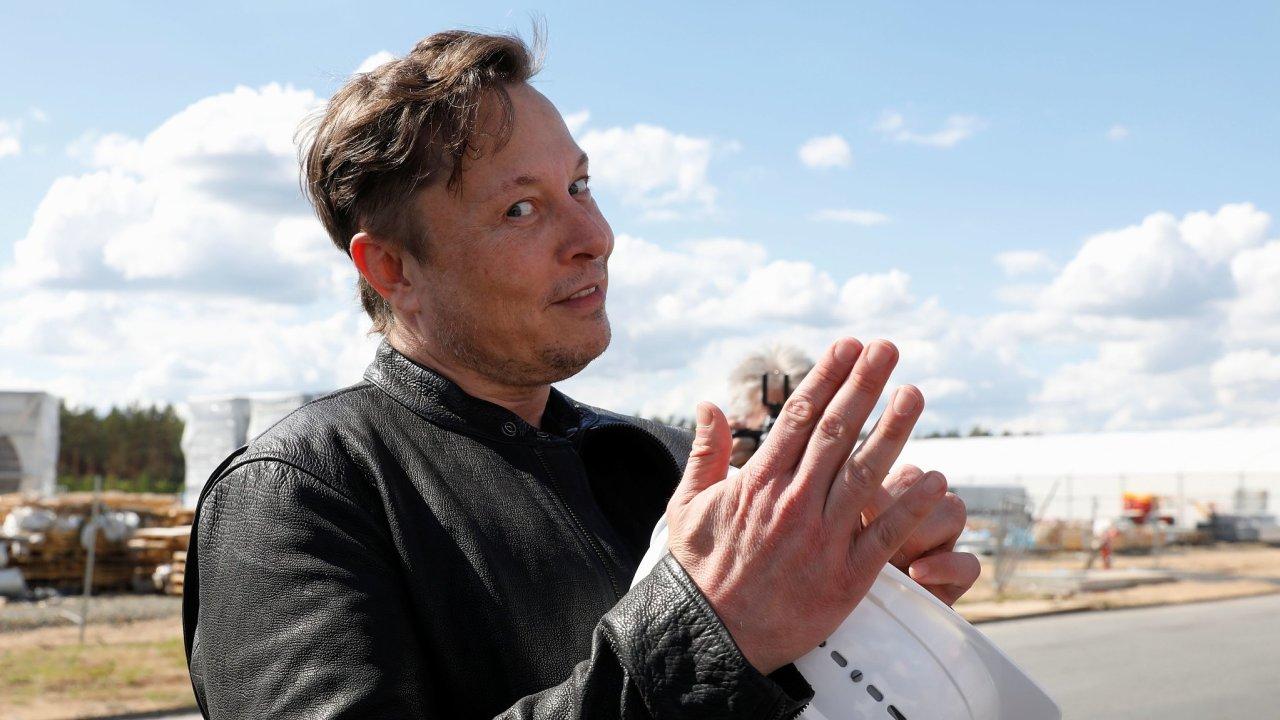 Elon Musk v továrně Tesla v německém Grünheide