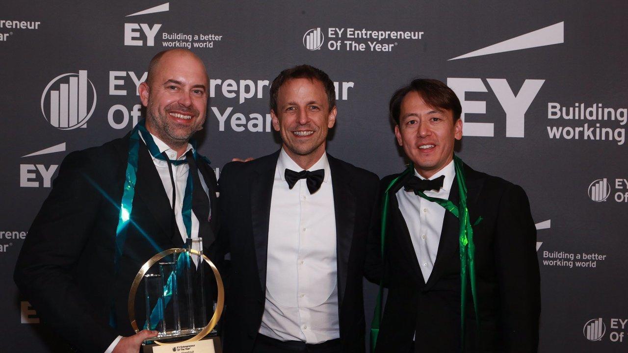 Dan Kurzius (vlevo) a Ben Chestnut (vpravo) získali v roce 2017 cenu EY Podnikatel roku v USA. Uprostřed moderátor Seth Meyers.