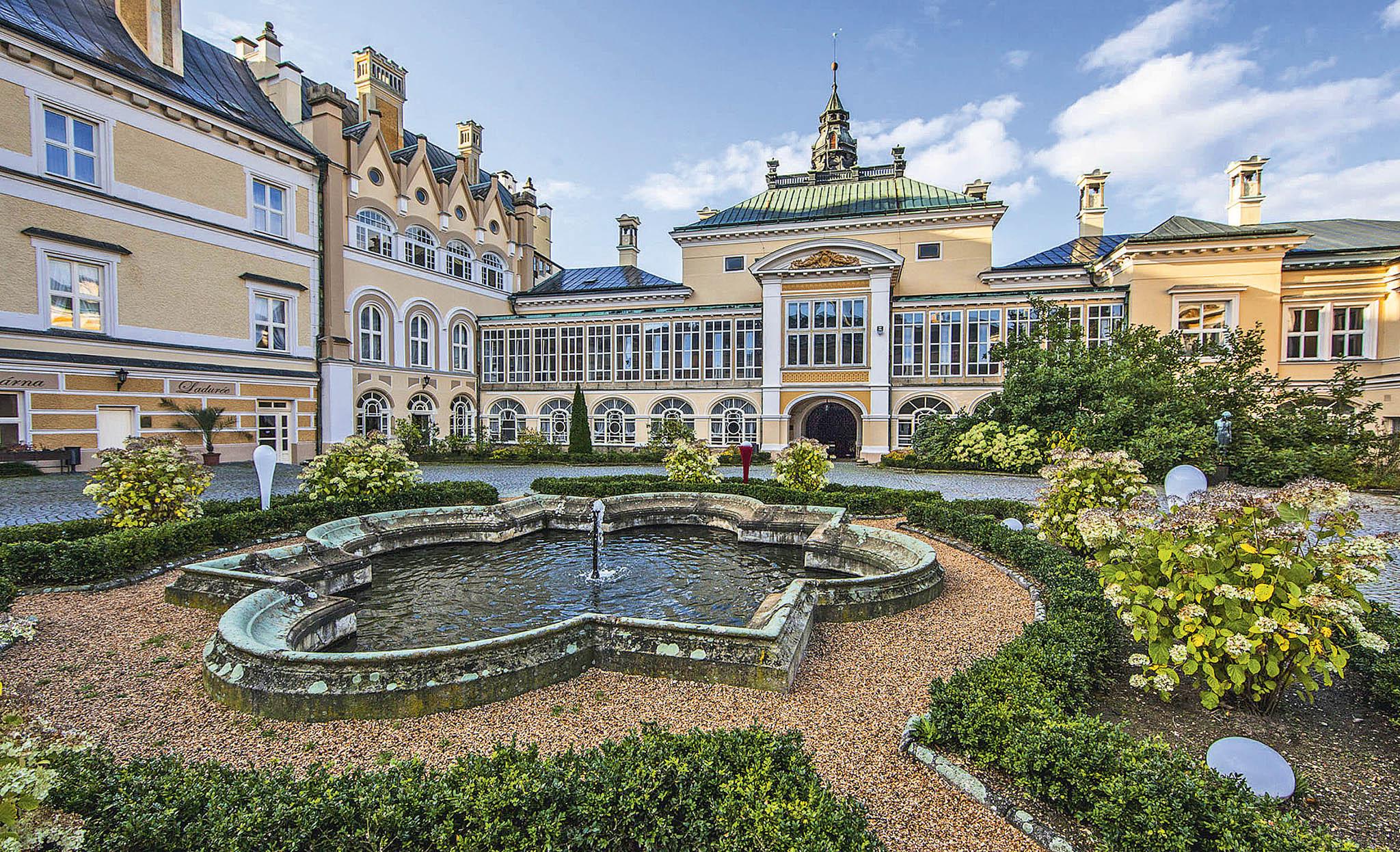 Renesančně-barokní zámek Stružná na Karlovarsku i zámecký komplex ve Světlé nad Sázavou v okrese Havlíčkův Brod své nové majitele teprve vyhlížejí.
