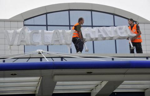 Letiště při změne názvu sjednotilo nápisy.