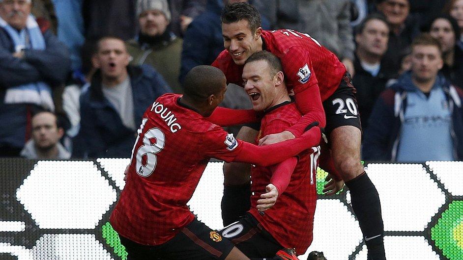 Wayne Rooney (uprostřed), Robin Van Persie (vpravo) a Ashley Young slaví gól Manchesteru City