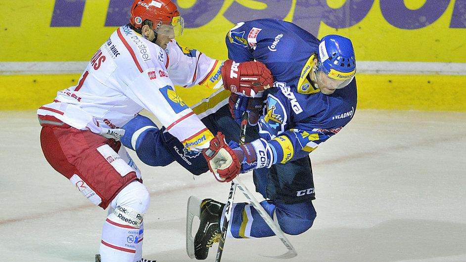Lukáš Galvas (vlevo) atakuje Jaromíra Jágra
