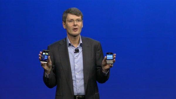 Ředitel společnosti BlackBerry ukazuje dva nové telefony Z10 a Q10 se systémem BlackBerry 10