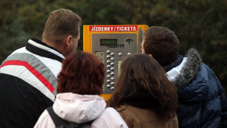 Nákup jízdenek v pražském metru.