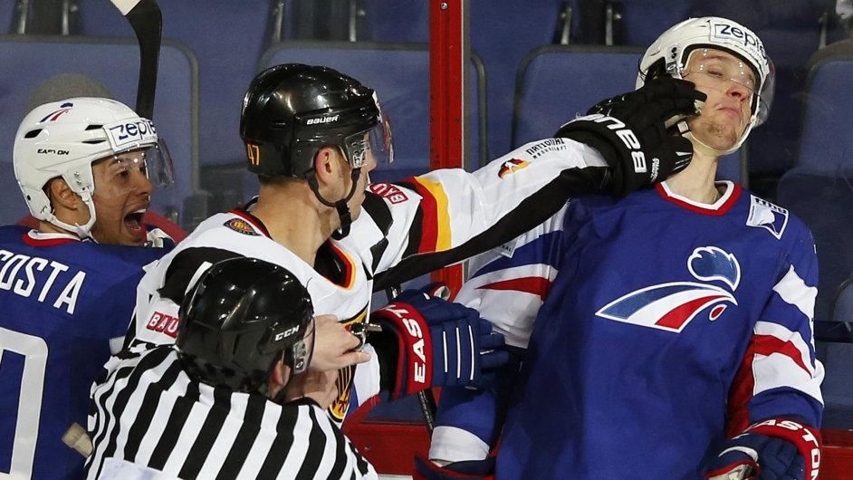 Christoph Ullmann z Německa (uprostřed) atakuje Antoina Roussela z Francie
