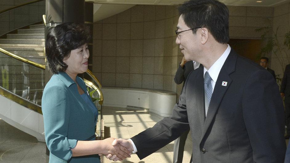Jihokorejský ministr pro sjednocení Chun Hae-sung s vedoucí delegace KLDR Song Hye