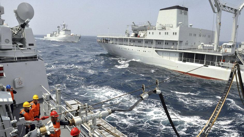Čínská zásobovací loď doplňuje palivo během námořního cvičení Číny a Ruska