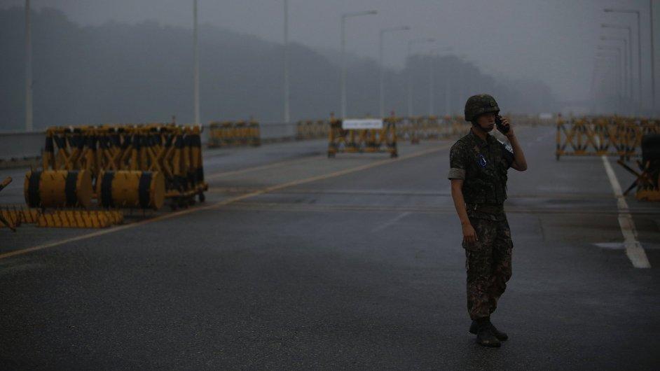 Jihokorejský voják u mostu Velkého sjednocení, který vede do zóny Kesong v KLDR