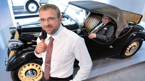 Šéf vývoje motorů a podvozků Škoda Auto Martin Hrdlička. Ve voze sedí jeho otec, Petr Hrdlička, tvůrce Favoritu.