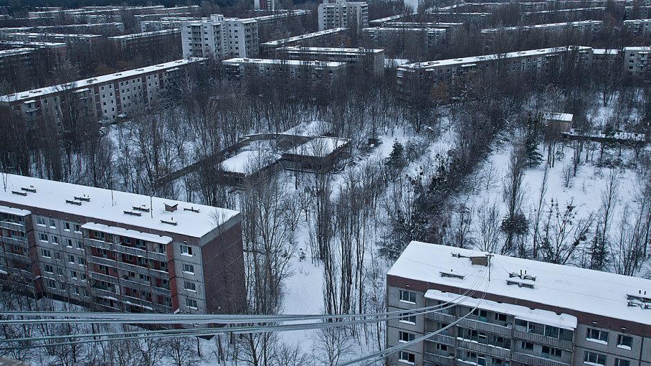 Černobyl. Pripjať, pohled směrem k havarované elektrárně